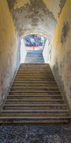Trap in tunnel naar boven