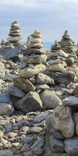 Gestapelde stenen aan de zee