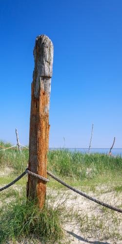 Paal met touw aan zee